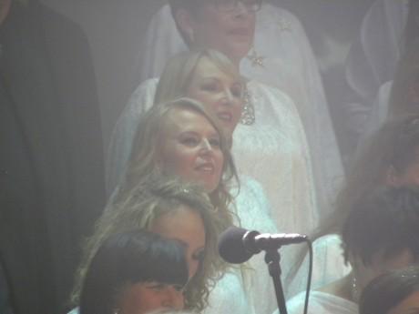 Mia Hagenmalm och Catrin Giden med flera i Rönninge Show Shorus sjunger i Stjärnjul 2014