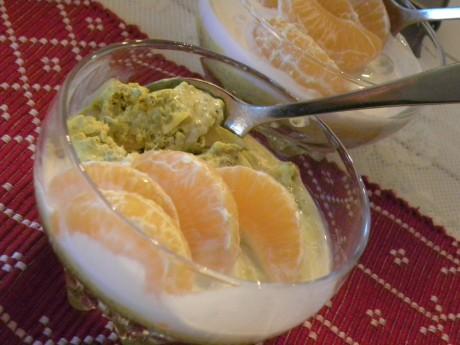 Chiagröt med saffran toppad med klementinklyftor i en glasskål