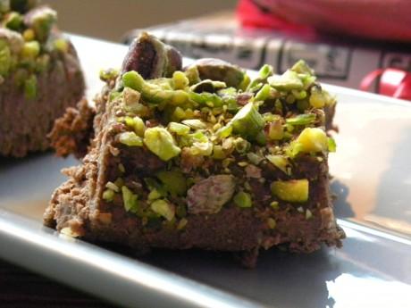 Rawfood chokladfudge toppade med pistagenötter