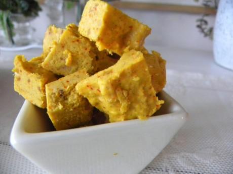 Saffran-och citronfudge i en vit skål