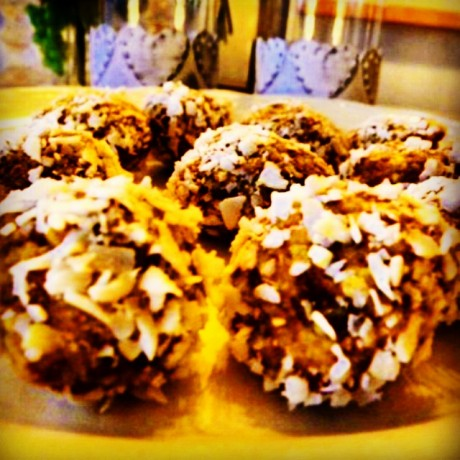 Raw saffransbollar rullade i kokos på ett fat