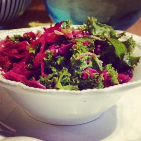 Grö-och rödkålssallad i en vit skål