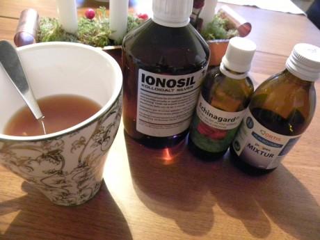 En tekopp och flaskor på ett bord