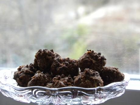 Rawfood apelsin-och chokladbollar på ett glasfat