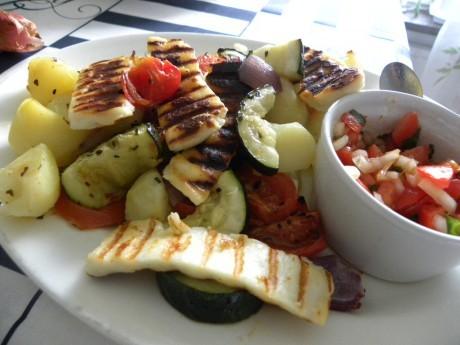 Ljummen grönsakssallad med Halluomi