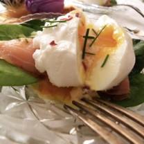 Ägg benedict med blodgrapeshollandesås