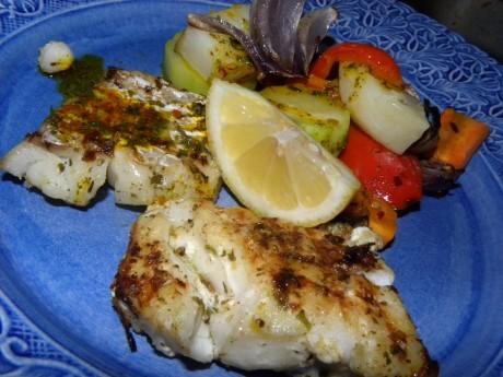 Grillad torsk med ugnsrostade grönsaker på en blå tallrik