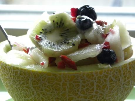 Fruktsallad i ett melonskal