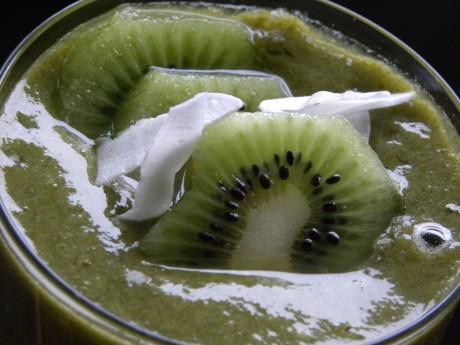 Grön vetegräsdrink med kiwi