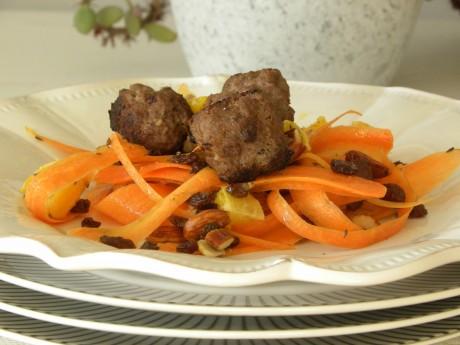 Kryddiga köttbullar på en bädd av morötter