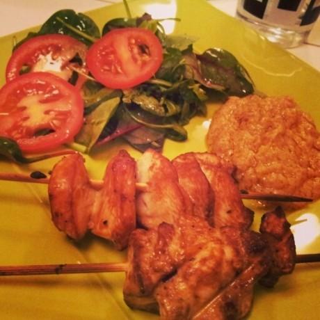 Kycklingspett med grönsaker på ett grönt fat