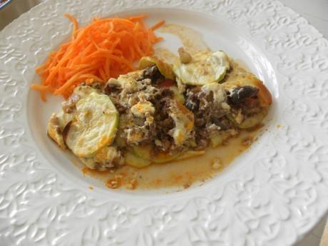 Lasagne med morötter på ett vitt fat