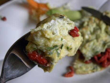 Omelett med gojibär och örter, chia på en gaffel