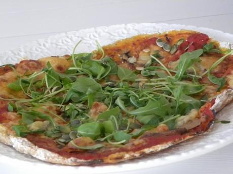Glutenfri pizza med tomat och sallad