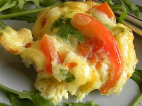 Omelett med grönsaker i närbild