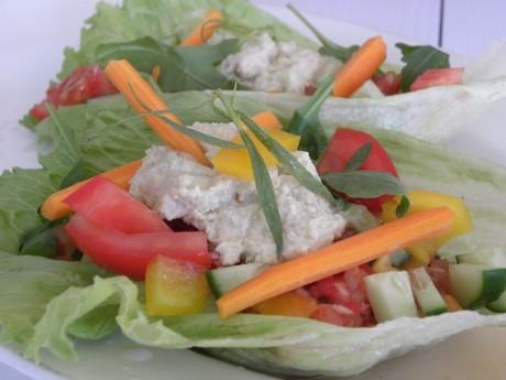 Rawfood tacos, grönsaker och nörost i ett salladsblad