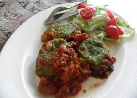 Auberginegratäng med tomatsås och pesto