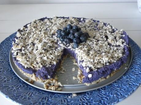 En Rawfood blåbärstårta på ett blått fat
