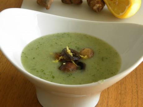 Spenat-och jordärtskocksoppa toppad med chamoinjoner i en vit skål