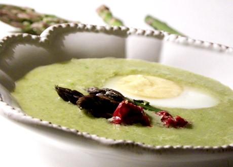 Grön sparris och ärtsoppa i en vit vacker skål