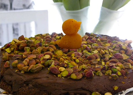 En chokladmoussetårta med en liten marsipankyckling på