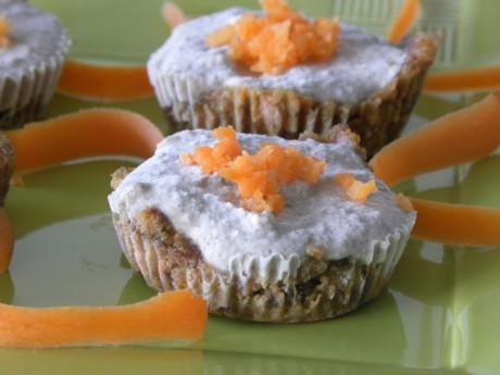 Rawfood morotskakor med frosting på ett grönt fat