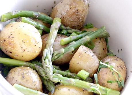 Rostad potatissallad med sparris i en vit karott