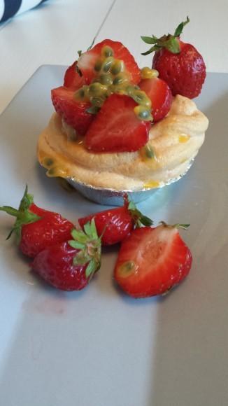 Maränggrottor med jordgubbar och passionsfrukt på ett fat