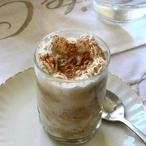 Coconut Latte Overnight Oat i ett glas som står på ett vitt fat