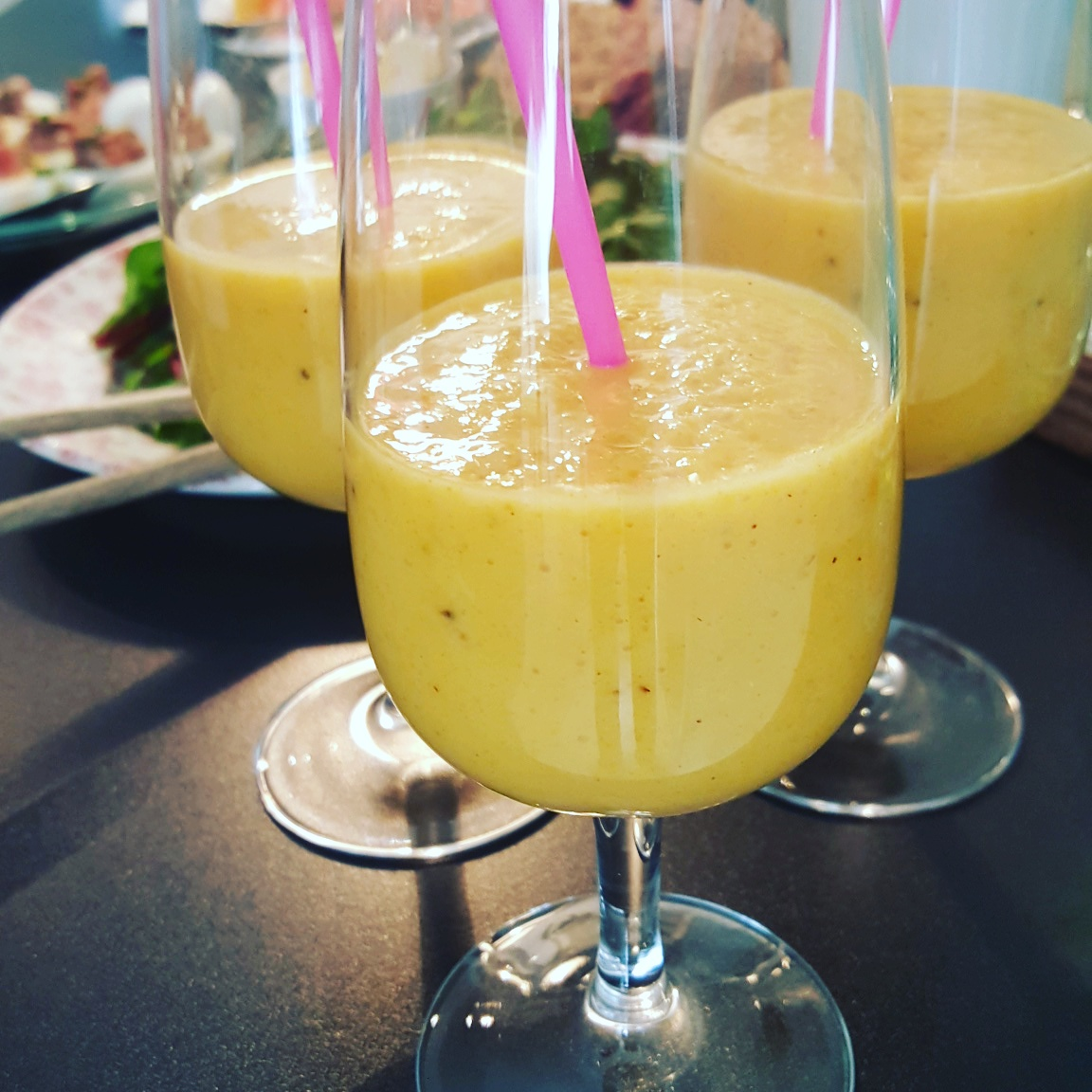 Gul härlig Golden Milk Smoothie i glas