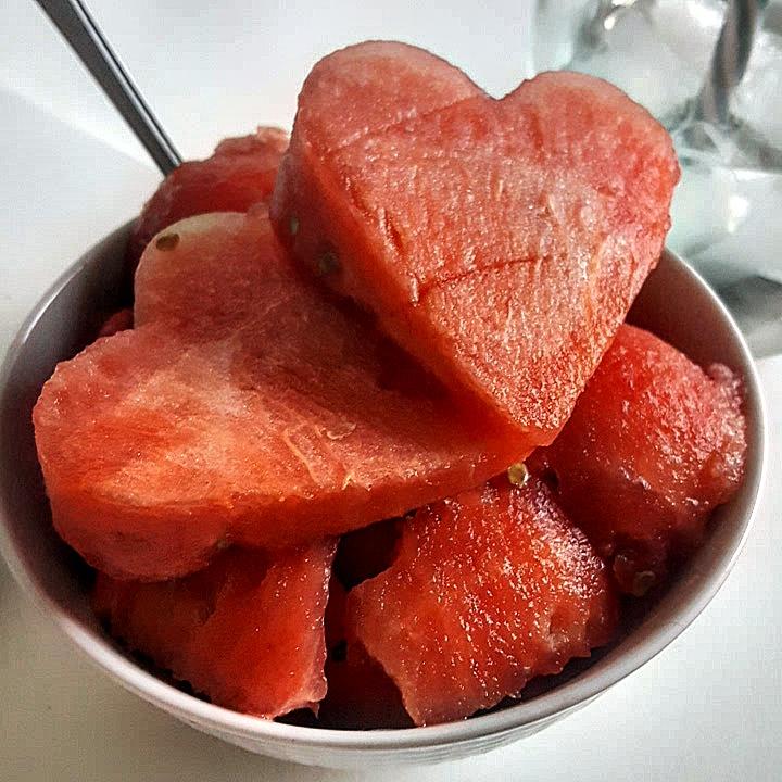 En skål med vattenmelon formade till hjärtan