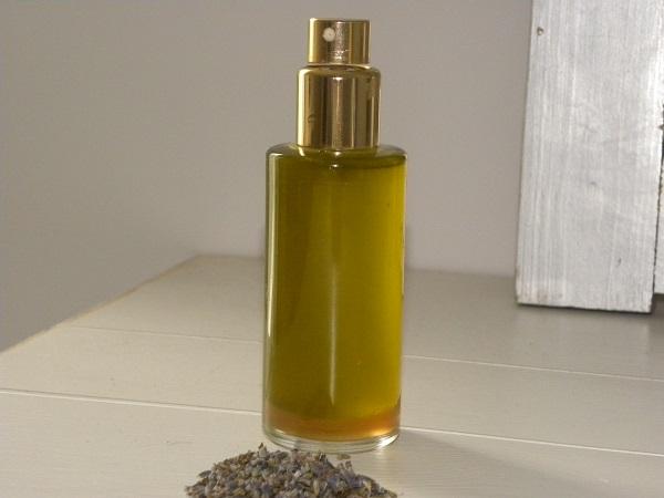 Lavendelolja i en flaska