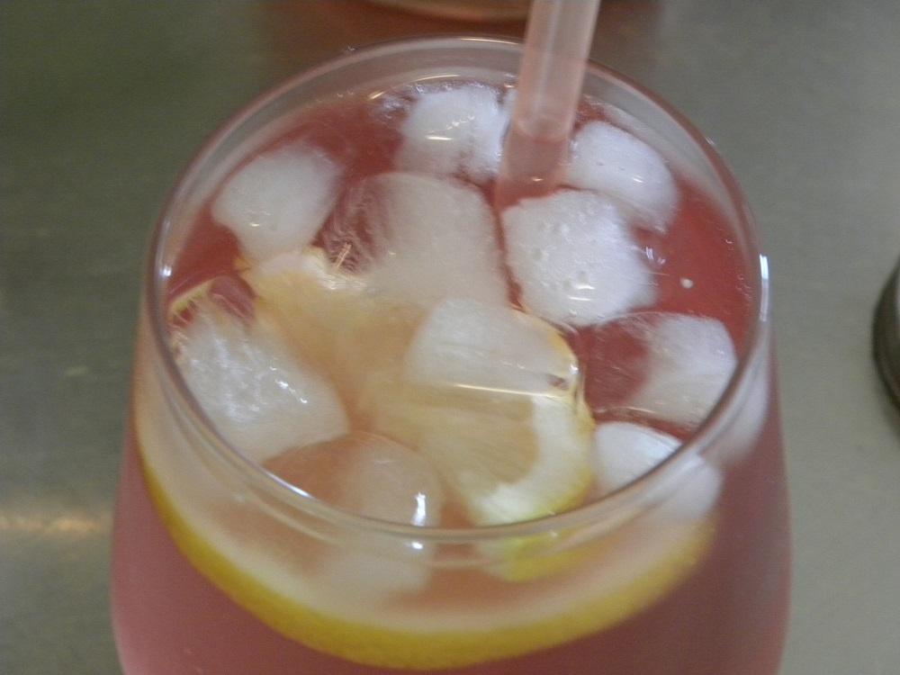 Syrensaft med is och citron i ett glas