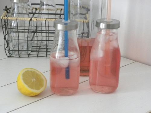 Syrensaft i små flaskor med sugrör