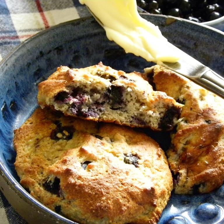 Glutenfria Blåbärsscones i en blå skål