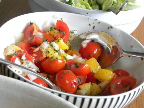 Tomat- och persikosalsa i en svartoch vitrandig skål
