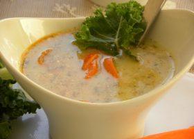 Potatis&grönkålsoppa med morotsbacon i en vit soppskål