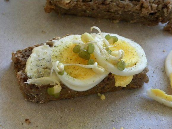 Groddat bovetemacka med skivat ägg toppad med mungbönsgroddar