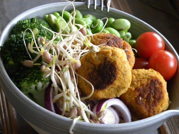 Kikärtsbullar i en skål tillsammans med grönsaker