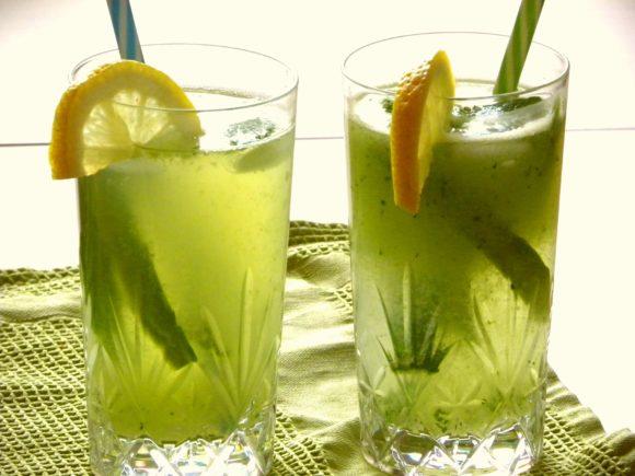 Två glas med grön lemonad
