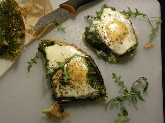 Sparris och nässelpaj med ägg på ett vitt underlag