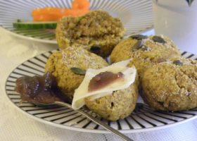 Glutenfria saffrans- och havrescones på ett fat