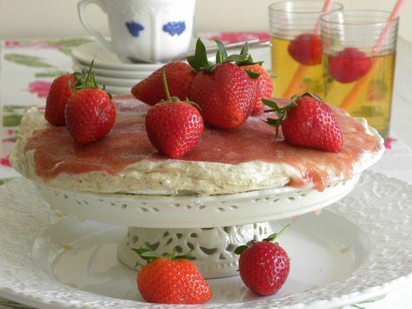 Marängtårta med rabarberkräm och jordgubbar