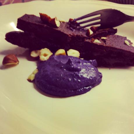 Chokladtryffeltårta med blåbärskräm på en tallrik.