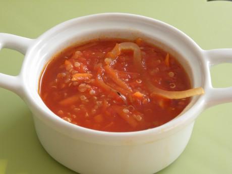 Röd quinoasoppa i en vit skål