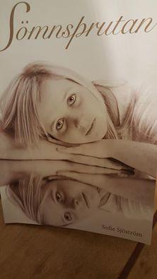 En bok med en flicka som heter Sofie Sjöström. Boken heter Sömnsprutan