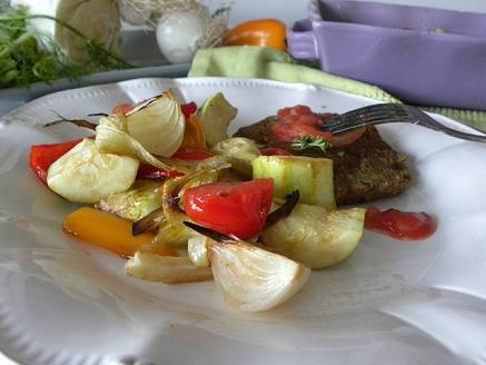 Linsbiffar med ugnsrostade grönsaker på ett vitt fat