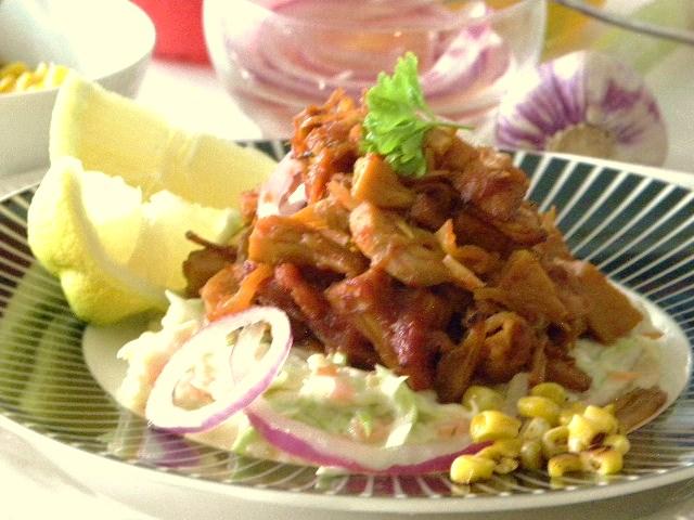 Pulled jackfruit på en bädd av coleslaw toppad med rödlökssallad och rostad majs