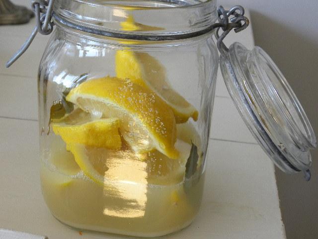 Citroner i klyftor i en glasburk
