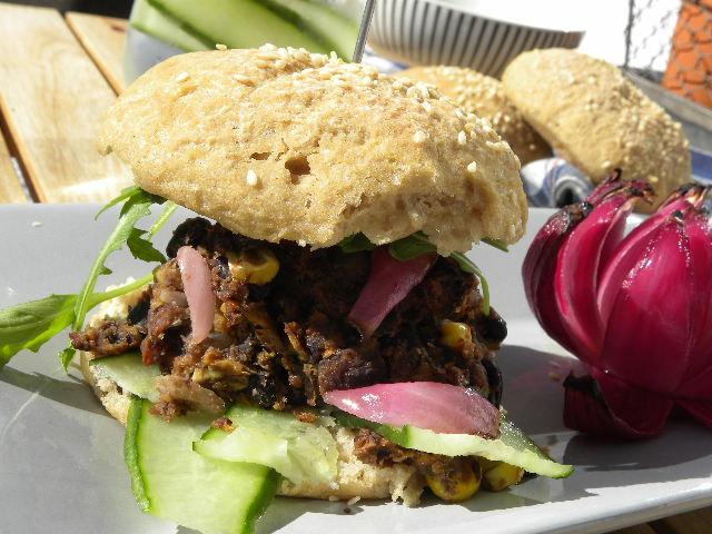 Vegetarisk hamburgare på ett grått fat